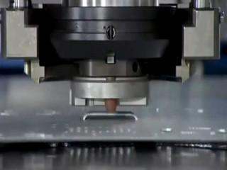 Фото процесса пробивки металла