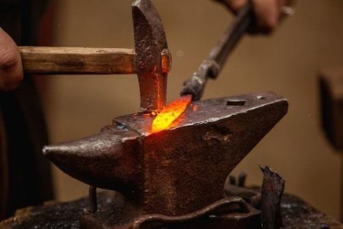 Обработка металла на наковальне
